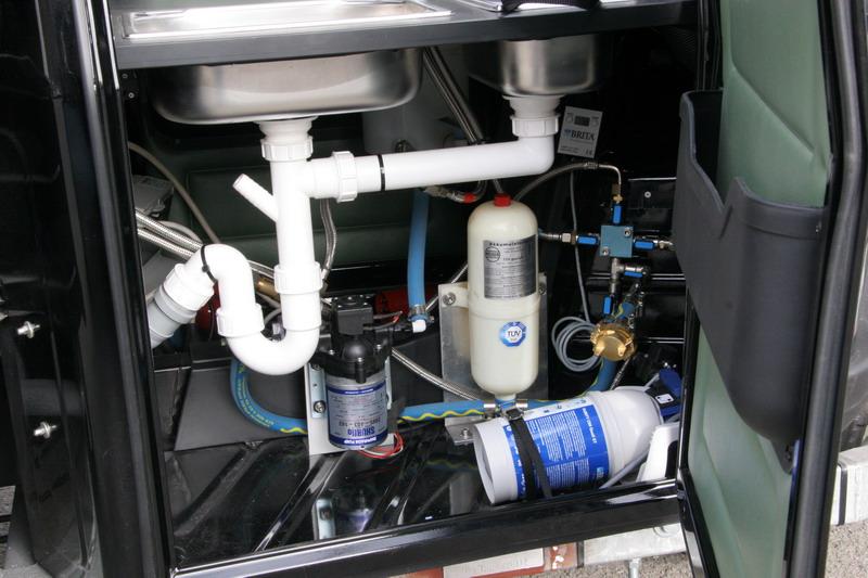 Die Wassertechnik und Hygieneeinrichtung der APE 50 1200 Cafe Mobil