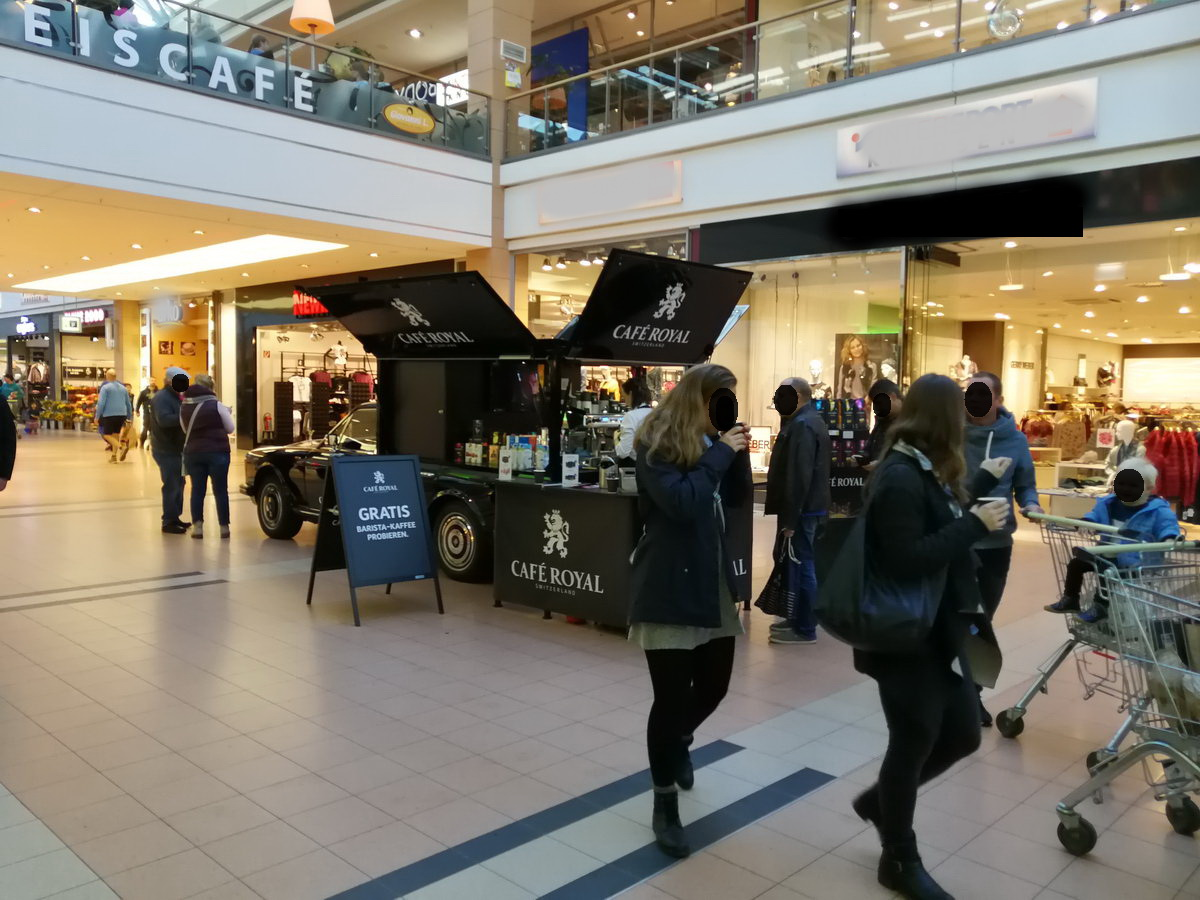 Mit dem Rolls Royce Kaffeemobil in dem Center City Kiel , die mobile Barista Promotion