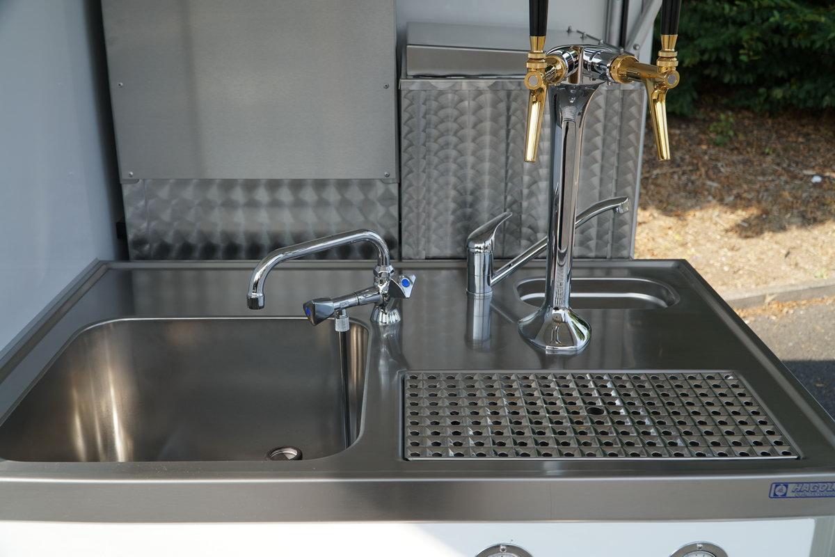 Ape Classic Biermobil Schankrtisch mit Zapfanlage und Hagola Tropfblech in CNS.
